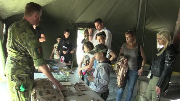 Olomouc, Česká republika, 5. května 2018: Den armády České republiky na náměstí Olomouc, veřejné demonstrace lidí a voják České armády ukazuje potraviny amerických vojáků, vojenské stany