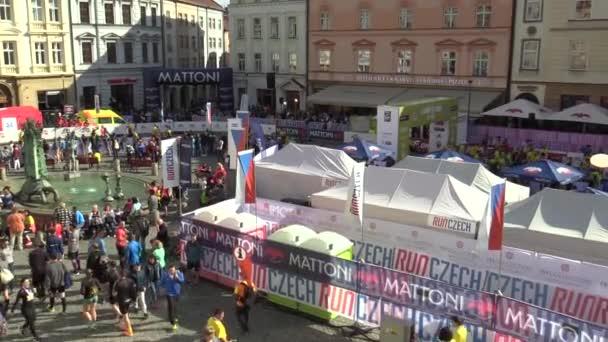 Olomouc, Česká republika, 23 června 2018: Half Marathon závod běh Olomouc 9., trať v centru města v letecké náměstí horní náměstí zastřelen, rodiny s dětmi a kočárky, happy běžci