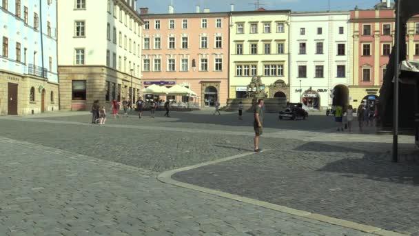 Olomouc, Česká republika, 5. července 2018: historické vozy veteráni na veřejnosti auto projet město Olomouc jednotka lidí, přišlí Chrysler 58 1925 a Aero 662 1930, česky, Evropa