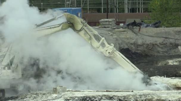 Ostrava, Česká republika, 28 srpna 2018: likvidace sanace skládek, odpad z ropy a toxických látek, pálené vápno se aplikuje na ropným znečištěním pomocí jemné fréza rypadlo