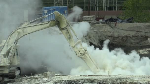 Ostrava, Česká republika, 28 srpna 2018: likvidace sanace skládky odpadu z ropy a toxických látek, chemická reakce atmosféry uvolní oxid siřičitý a otrávené znečišťujících látek