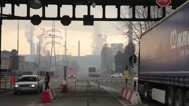 Ostrava, Česká republika, 17 prosince 2017: továrna na zpracování železa a oceli, smogu v městě Ostrava, brána pro osobní automobily a nákladní automobily pro továrny, kontrolu zavazadel a bezpečnost, prachu ve vzduchu