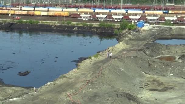 Ostrava, Česká republika, 3 srpna, 2015: bývalé skládky toxického odpadu v Ostravě, ropné laguny. Účinky přírody z kontaminované vody a půdy s chemikáliemi a olej, lidí, kteří jdou