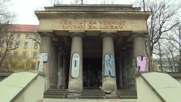 Olomouc, Česká republika, 22. listopadu 2017: Mauzoleum jugoslávské vojáci, Jihoslovanské mauzoleum v parku, monumentální novoklasicismu, zničil lidské graffiti vandalismu