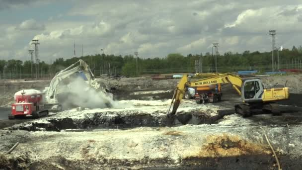 Ostrava, Česká republika, 28 srpna 2018: likvidace sanace skládek, odpad z ropy a toxických látek, pálené vápno se aplikuje na ropného znečištění pomocí jemné fréza rypadlo 4 k