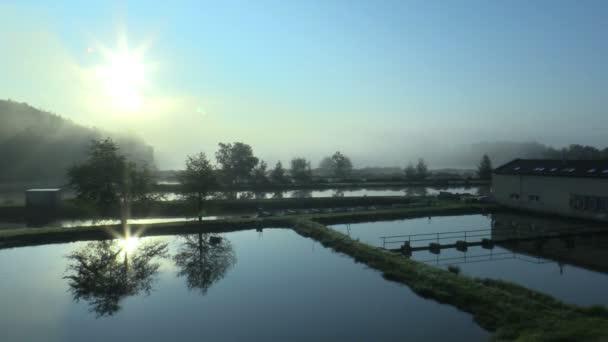 Reggeli napfelkeltét és sunup köd és elmélkedés, a kék mágikus felszínre és gyönyörű vízzel, alacsony laithe pisztráng és ponty más halgazdaság és a tenyésztés-ban megment, fauna természetvédelmi gazdálkodás