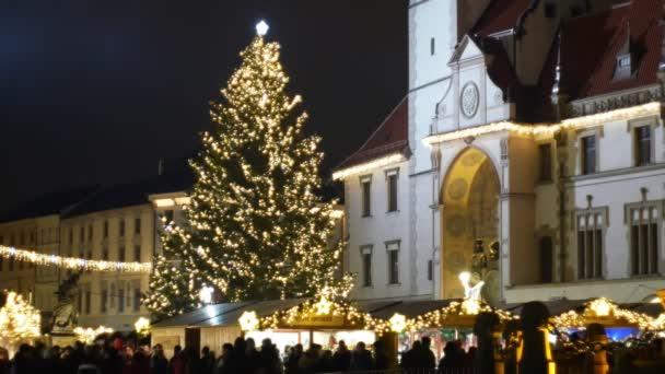 Olomouc, Česká republika, 20 prosince 2018: vánoční stromeček svítící a svítí krásné zdobené zlatými ornamenty a baněk, historické architektury města, trhu a zboží, stánky