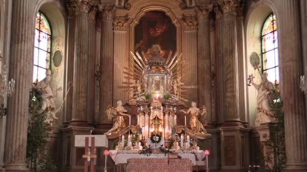 Olomouc, Cseh Köztársaság, 2018. április 15.: Olomouc Svaty Kopecek templom, a barokk építészet oltár és a vallás, a katolikus keresztény tömeg, díszítés dekoráció
