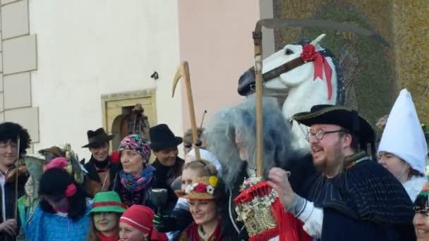 Olomouc, Česká republika, 29 února 2019: karneval Masopust slavnosti masek parade poblíž radnice, tradiční slovanské etnické oslavy, zima spojené s maskou kroje