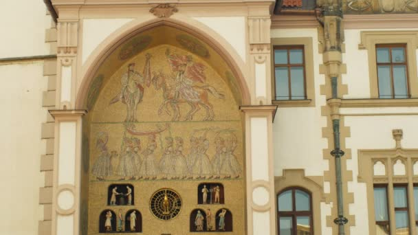 Olomouc, Česká republika, 2. ledna 2019: Radniční věž a historické budovy v Olomouci a na orloj, historické okrasné mozaikového unikátní lidové architektury Moravy