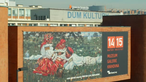 Olomouc, Česká republika, 29 února 2019: Baťův tovární budovy s reklamní banner na Baťův institut muzeum, galerie a knihovny, lidé v kroji ve Zlíně