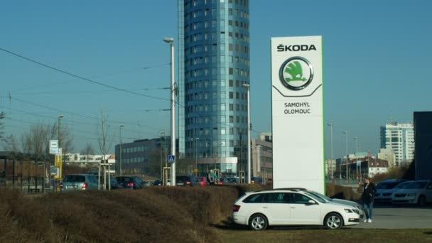 Olomouc, Česká republika, 30 ledna 2019: parkoviště s nových vozů k prodeji luxusní, logo Škoda Auto auto prodeje budov, modrá obloha, původně tradiční české automobily značky, symbol a znamení moderní
