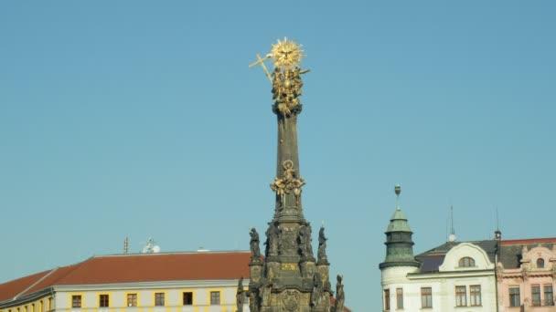 Olomouc, Česká republika, 2. října 2018: Unesco dědictví mor sloupec Nejsvětější trojice, lidé chodí kolem náměstí horní náměstí, kulturní národní architektonickou památkou a dominantou 4k
