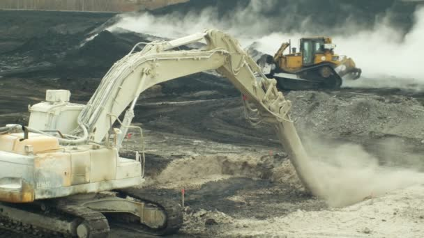 Ostrava, Česká republika, 28 listopadu 2018: likvidace sanace skládek, odpad z ropy a toxických látek, pálené vápno se aplikuje na ropného znečištění pomocí jemné fréza rypadlo