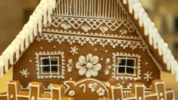 Mézeskalács ház és a ház torta szép, a kerítés, a piggy Bank díszítik a cukrászda fehér hab a felvert tojásfehérjével, a népi kreatív, dekoráció karácsony