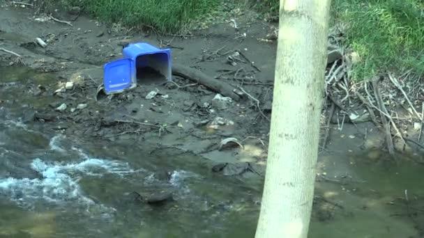 Vyschající a sušící řeka nedaleko Olomouce s odpadním a plastovým kontejnerem, problém civilizace Česká republika, Evropa