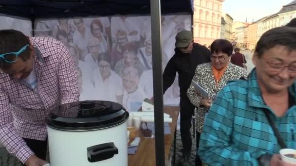 Olomouc, Česká republika, 2. září 2018: předvolební schůzka občanské demokratické strany ODS na náměstí, lidé dostávají zdarma víno a sladkosti, diskutují o politice, volbách do politik