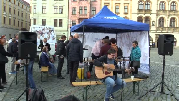 olomouc, Tschechische Republik, 2. September 2018: Vorwahlversammlung der bürgerlich-demokratischen Partei der Ods auf dem Platz, die Menschen erhalten kostenlos Wein und Süßigkeiten, der Musiker spielt Gitarre