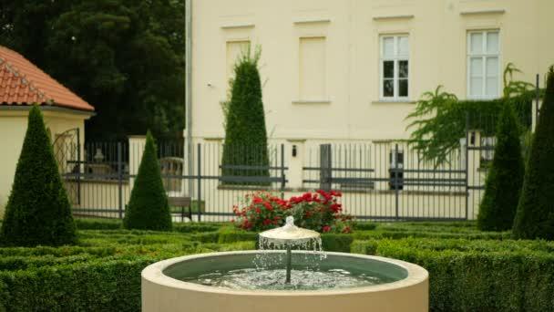 Zahradní park v Olomouci, kašna železo památník památník památník památník památník památník památník památník památníku, vodní nádrž trysková výška trysková tryska tryskající pramen, na zdech za vlády Marie Terezie, v blízkosti barokního roubení, frangipani keře a stromů