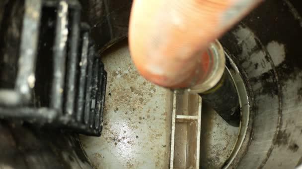 Čištění kanalizace ucpání potrubí kanalizace čištění šachty septické žumpy čerpání do cisterny auto sací hadice pod vysokým tlakem. Jímka obsahuje znečištěnou kalovou odpadní vodu černou odpadní vodu výkaly