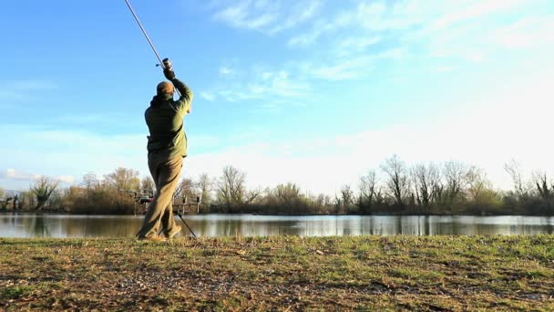 Halász ponty halászat egy napsütötte reggelen, lassítva ezzel