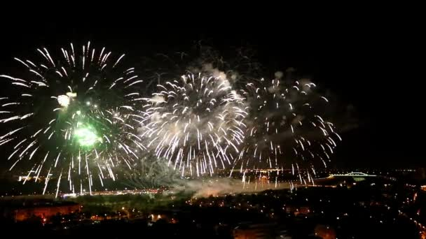 Ohňostroj v noci v Záhřebu na festivalu ohňostrojů v pomalém pohybu