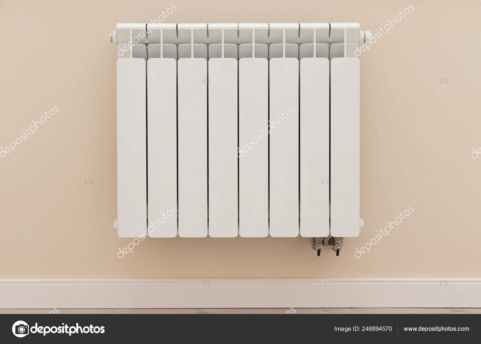 Radiatore Di Riscaldamento Moderno Bianco Sulla Parete In