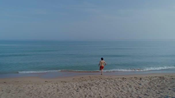 2f9b51ad13a10b Człowiek Czerwone Kąpielówki Uruchomiona Wodzie Morskiej — Wideo stockowe