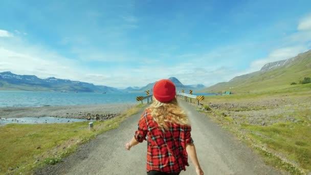 Bokovky žena chodí na prázdné epickou cestou