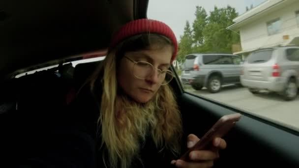 Hübsche Abenteurer auf Roadtrip mit Smartphone-app