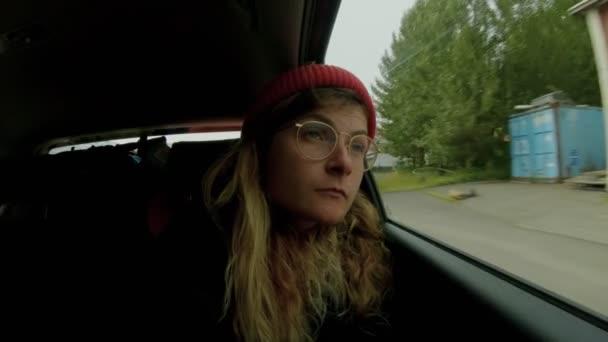 Timelapse ženy dívat z okna auta na krajinu