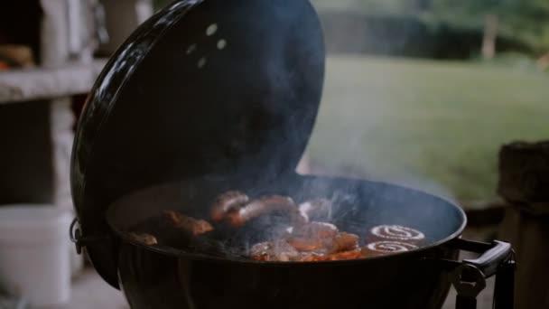 Barbecue gril klobásy na venkovní terase