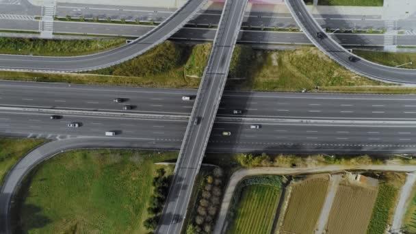 Dron létá nad rušná křižovatka dálnice