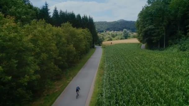 Cyklisté jezdí na kole na lesní polní cesty