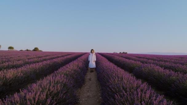 Krásná žena v bílých šatech levandulové pole