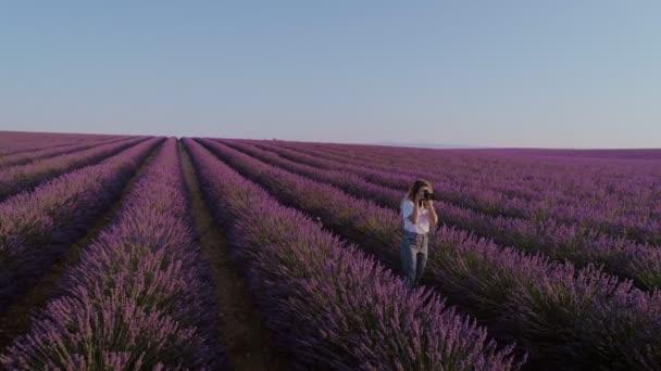 Ženy chodí v levandulové pole