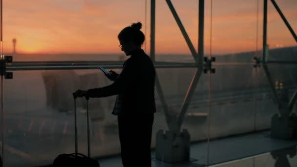 Junge Reisende am Flughafen am frühen Flug