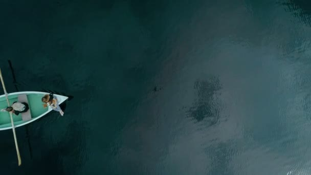 Boldog millenniumi pár hajón alpesi tó