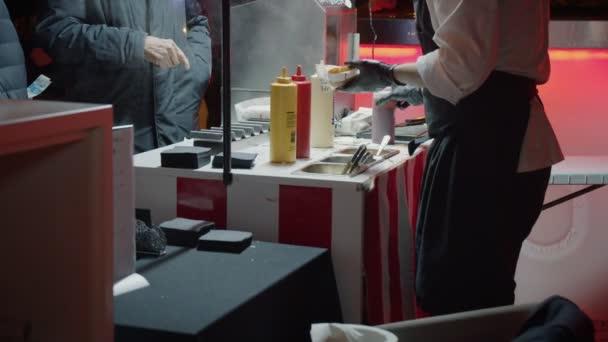 Prodejce potravinářských aut podává v noci Hot Dog