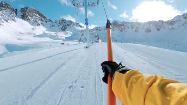 Snowboard nebo Lyžařský jezdec na tahu zdvihněte POV