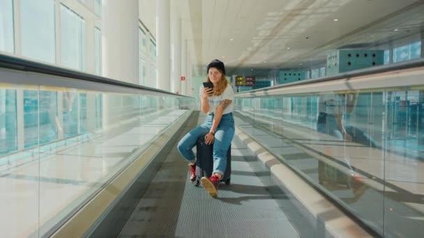 Cooler Millennial-Teenager macht Selfie am Flughafen