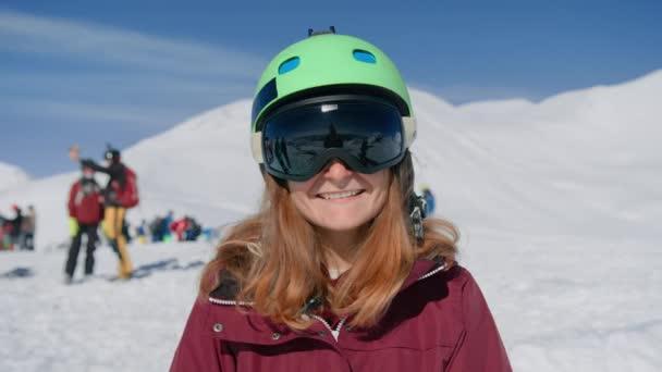 Šťastná usměvavá žena v lyžařských brýlích se směje kameře