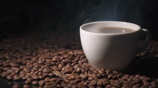 Csésze forró kávét, a nézet a gőz, a kávészemek sötét felületre