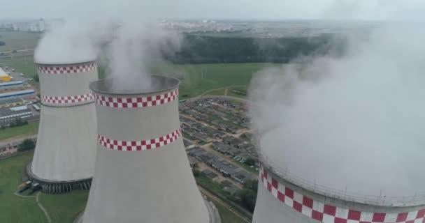 Tepelná elektrárna, pohled z výšky na potrubí, pára a kouř z potrubí, letecký pohled na ogeneration rostlin.
