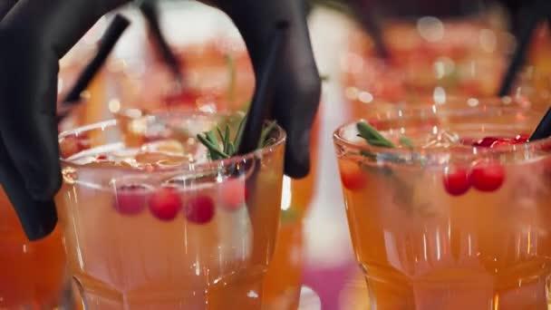 Banketttisch, Blick auf Cocktails und Smoothies trinkt in Glas Gläser.