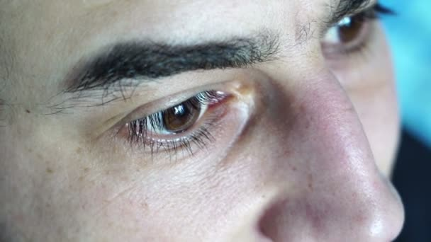 Nahaufnahme der braunen Augen des Mannes, die nach oben schauen