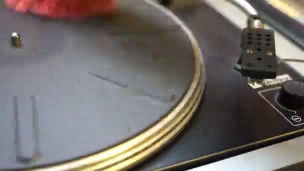 Dj lemezjátszó lejátszó a porból közelről a bakelit tisztító. A forgó lemez és a toll és a tű közeli régi technológia divat