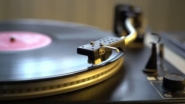 A lejátszó Dj lemezjátszó bakelit közelről. A forgó lemez és a toll és a tű közelről
