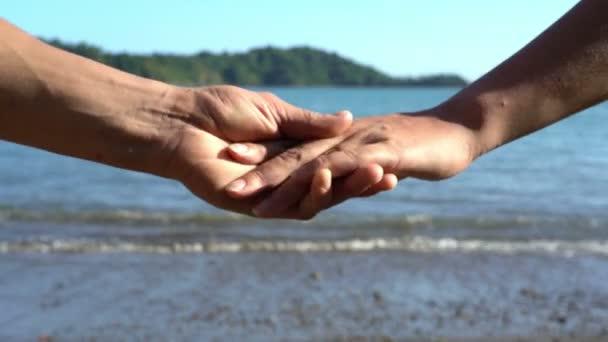 Pár oddělující jejich ruce, loučení, krize ve vztazích, rozvod koncept, láska příběh koncové, rodinné break-up