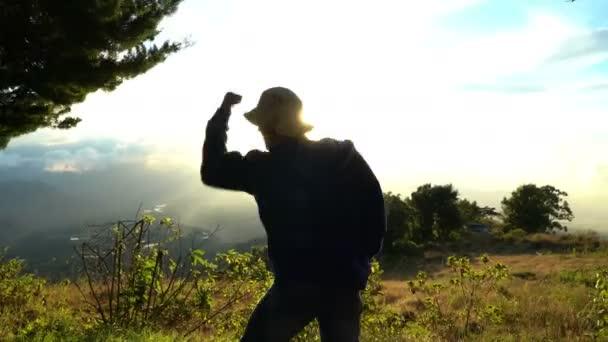 Muž velmi šťastný, dobrý pocit, ano známek. Stojící na vrcholu hory. Dosažení úspěchu